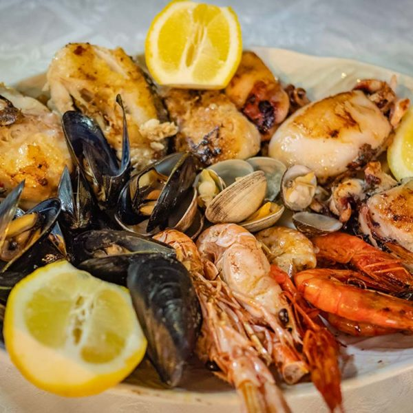 Grillade de poisson et fruits de mer